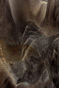 Abstrakte Fotografie WRAFTS OF MIST Schwarzer Sandstrand aus Vulkanasche